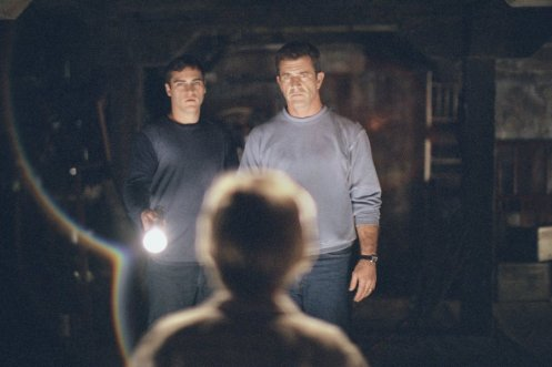 Joaquin-Phoenix-and-Mel-Gibson-in-Touchstones-Signs-2002-8